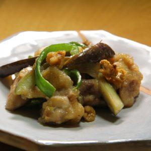 くるみ入りの鶏肉と野菜の味噌炒め